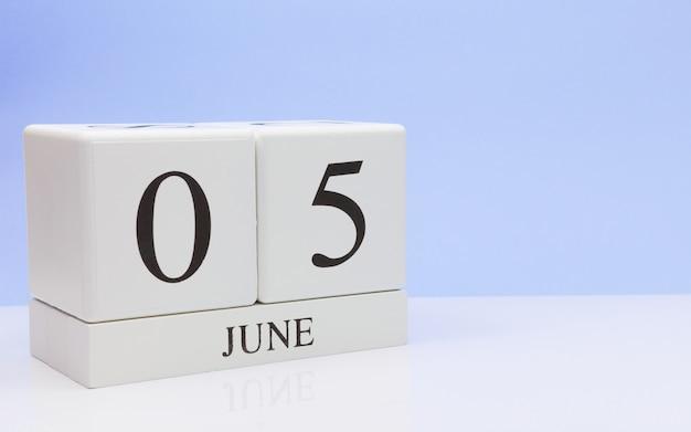 6月5日月の5日目、白いテーブルに毎日のカレンダー