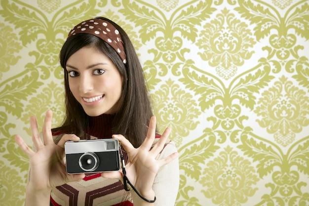 レトロな写真カメラの女性緑60年代の壁紙