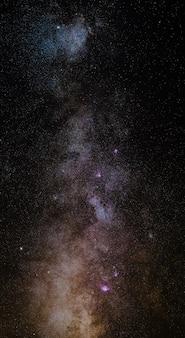 天の川の卓越した美しさと透明度、カラフルなコアの詳細。 6枚のステッチ写真の垂直方向のパノラマ。アルプスから高く望遠撮影。