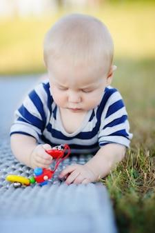 生後6ヶ月の赤ちゃんが明るいおもちゃで遊ぶ