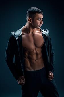 6パックの腹筋を示す強い運動男性フィットネスモデル胴体。