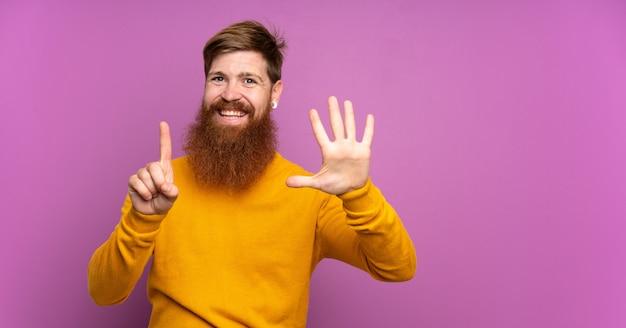 指で6を数える紫の壁に長いひげを持つ赤毛の男