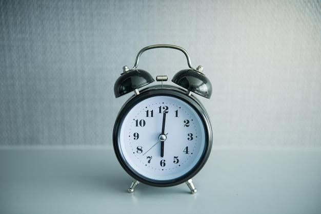 6時位置に黒い目覚まし時計