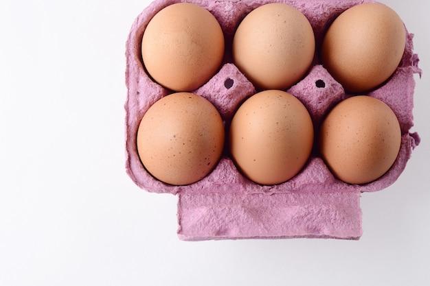 箱の上に6つの茶色の卵のトップビュー