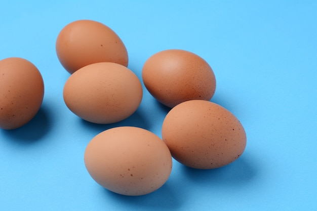 6つの茶色の卵の上面図