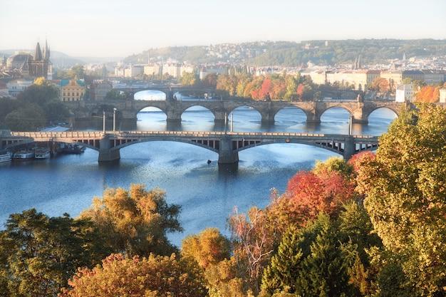 秋の霧の深い朝のプラハ中心部とプラハのヴルタヴァ川の6つの橋