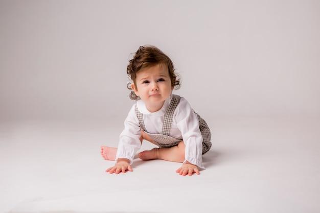 女の赤ちゃんカーリーブルネット6ヶ月白