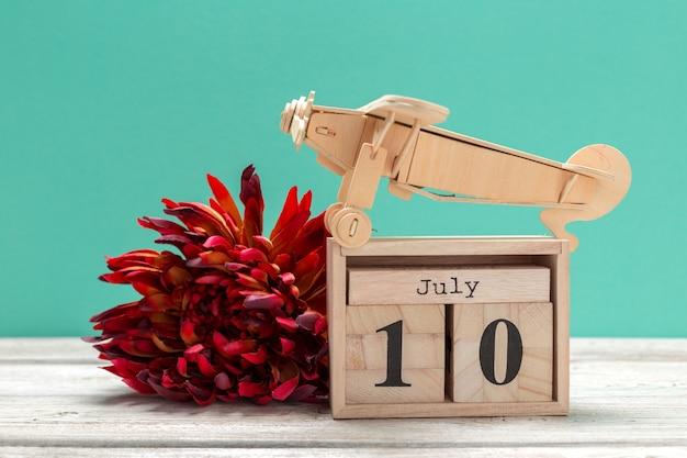 7月10日。 7月10日のイメージ、木製のカレンダー。夏時間