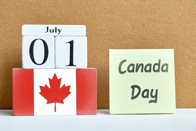 7月1日、カナダの木製ブロックの月の最初のカレンダーの概念