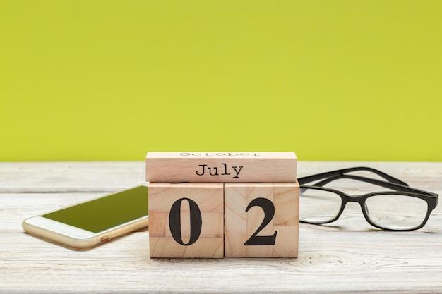 7月2日の木製、四角いカレンダー。出張または休暇の計画