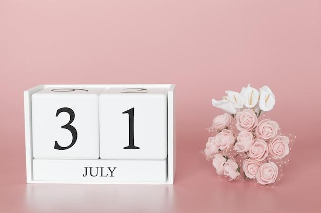 7月31日月31日です。モダンなピンクのカレンダーキューブ
