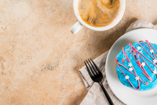 独立記念日の食べ物。 7月4日。アメリカの国旗の色のgl薬と伝統的なアメリカのドーナツ