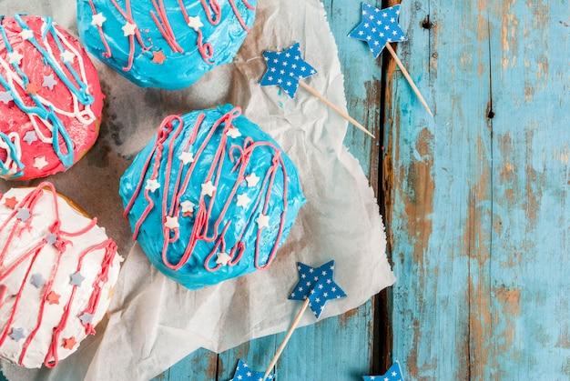 独立記念日の食べ物。 7月4日。お祝い朝食:アメリカの国旗の色のwith薬と伝統的なアメリカのドーナツ