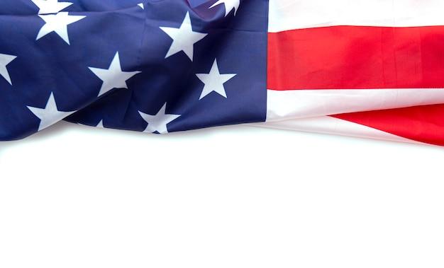 白い背景に分離されたアメリカの国旗は、記念日、労働者の日、7月4日などに使用できます