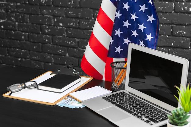 7月4日のアメリカ独立記念日は、コンピューターのオフィスデスクの装飾にフラグを立てる