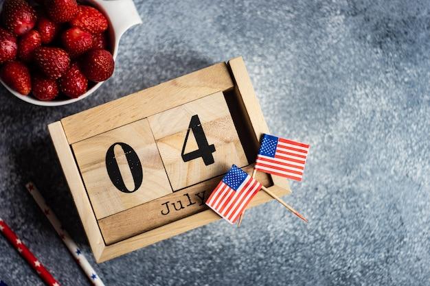 7月4日のブロックされたカレンダーとイチゴ