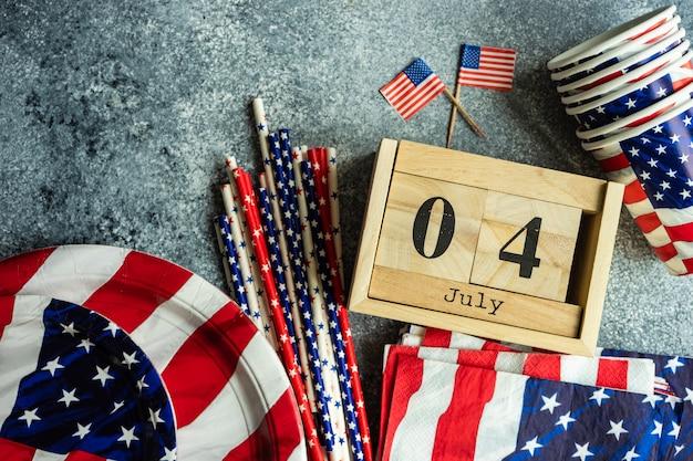 7月4日、木製のブロックされたカレンダーとアメリカの印刷食器