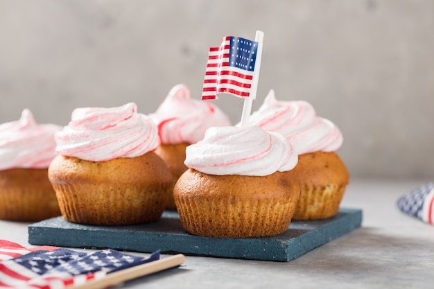 ハッピー大統領の日。休日および7月4日のコンセプトのための愛国的なベーキング用品カップケーキホルダー。