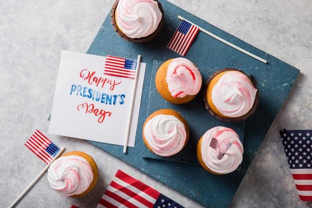 ハッピーハッピー大統領の日。休日および7月4日のコンセプトのための愛国的なベーキング用品カップケーキホルダー。