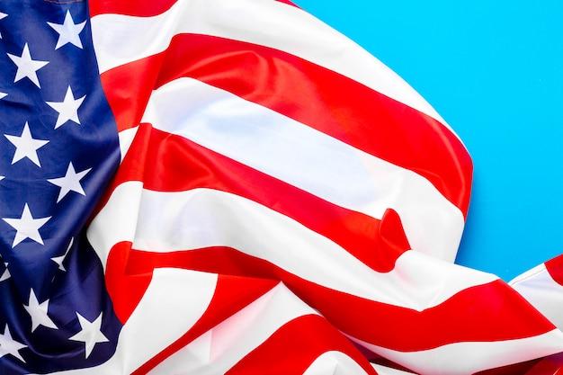 青い空間にアメリカの国旗。アメリカ。コンセプト記念日、独立記念日、7月4日。フラット横たわっていた、トップビュー。