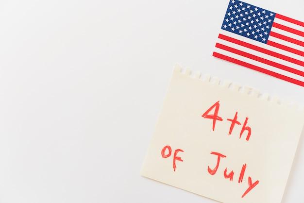7月4日のメッセージと米国の旗が付いている紙