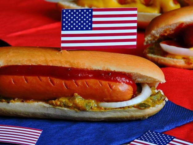 7月4日パーティーのためのアメリカのホットドッグ。愛国的なスタイルのホットドッグ。独立記念日のパーティーのための食糧。