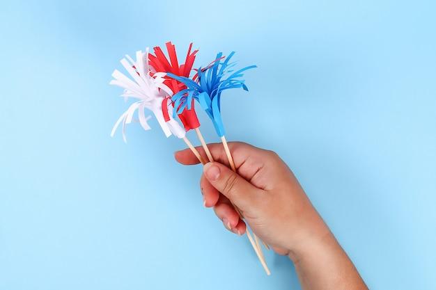 7月の紙の敬礼色アメリカの国旗、赤、青、白のdiy 4日。アイデア、装飾アメリカ独立記念日