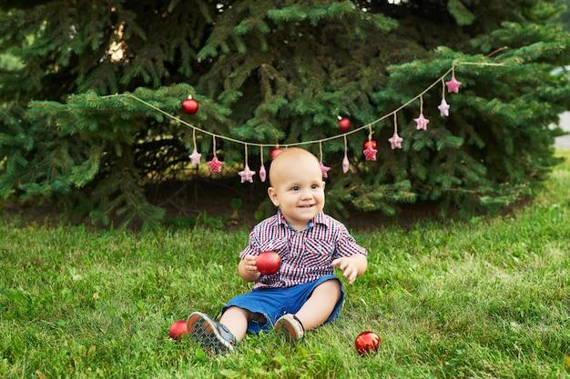 7月のクリスマス、クリスマスの男の子。夏の公園での撮影、新年の装飾