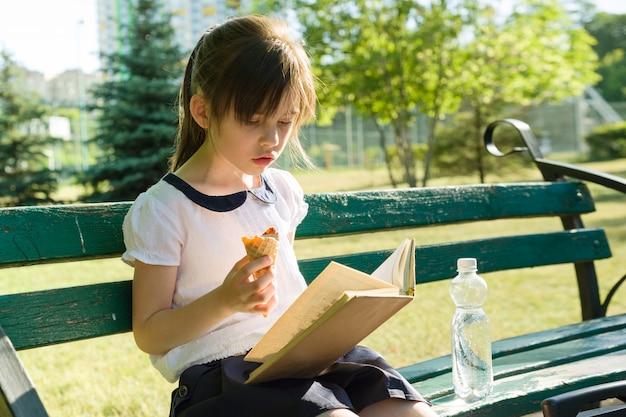 女子高生7歳の読書本の肖像画