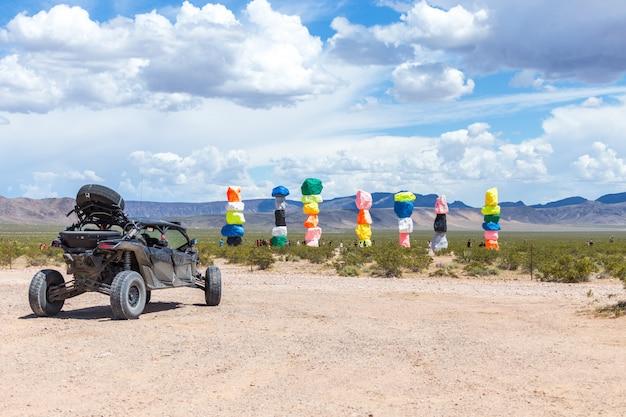 ラスベガス市の近くにある7つのマジックマウンテンアートインスタレーション。ネオン色の岩で作られた柱。