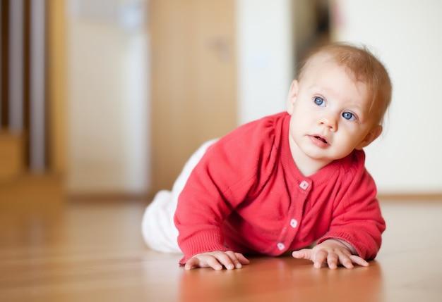 床に寝かせた7ヶ月の赤ちゃん
