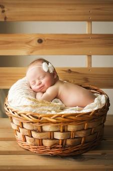 Красивый портрет маленькой девочки 7 дней, одна неделя. новорожденный