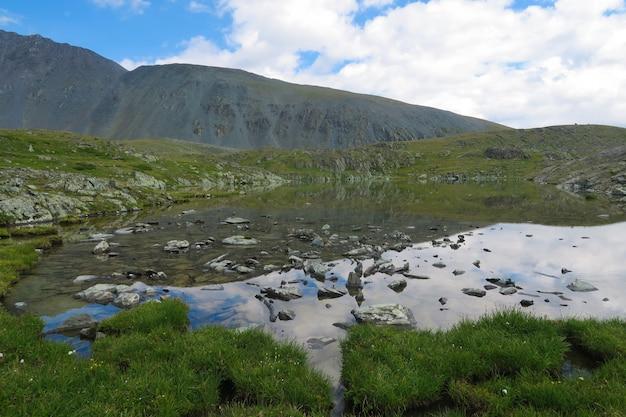 マウンテンミラーのきれいな湖。 7湖の谷。アルタイ山脈、ロシア