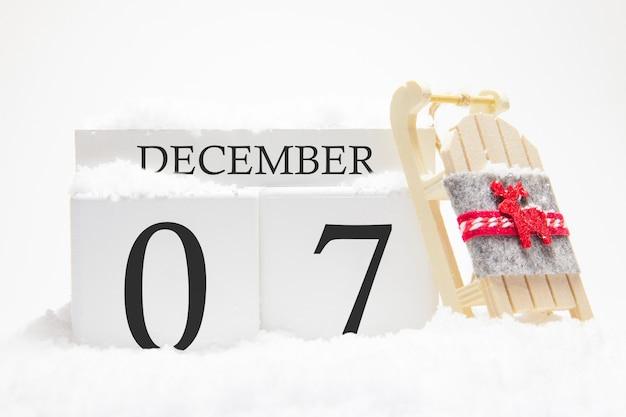 Деревянный календарь на 7 декабря зимнего месяца.
