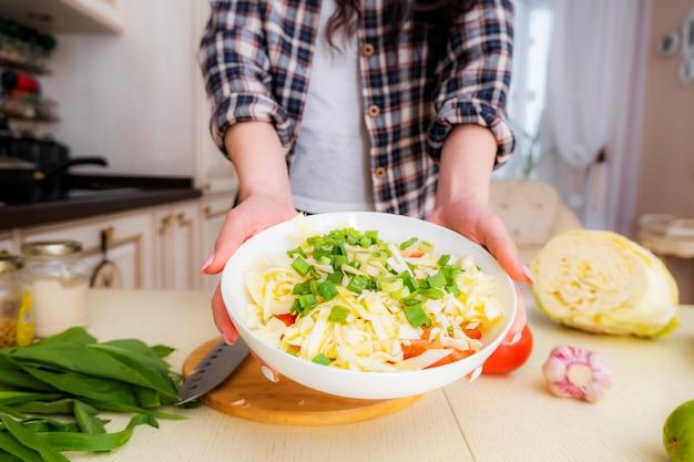 キャベツ、トマト、ネギ、スパイス、オリーブオイルを使った野菜サラダの作り方の手順。ステップ7.新鮮野菜のサラダができました。