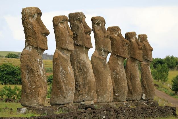 南アメリカ、チリ、イースター島のアフ・アキビにある7つのモアイ像