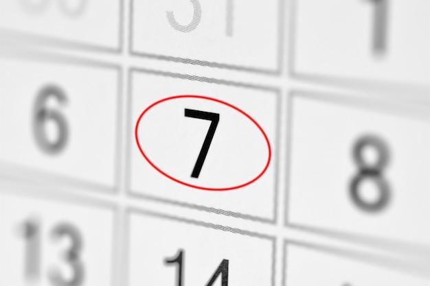 Планировщик календаря крайнего срока дня недели на белой бумаге 7