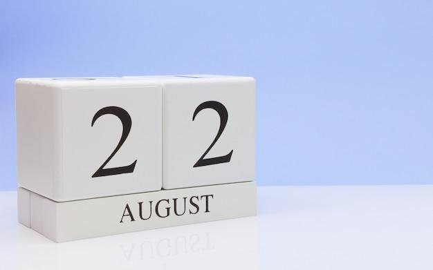 8月22日月22日、白いテーブルに毎日のカレンダー