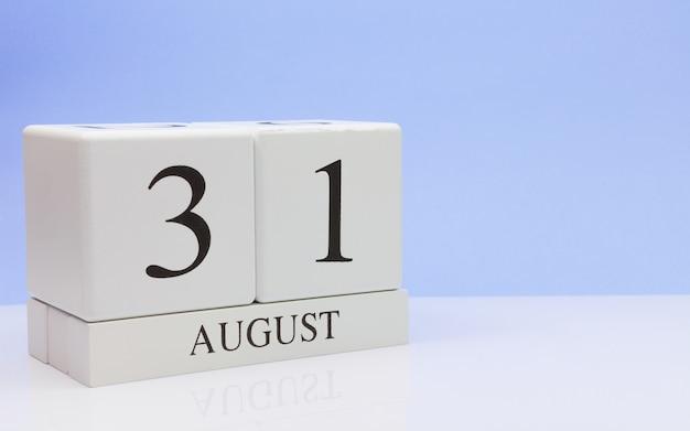 8月31日月31日、白いテーブルに毎日のカレンダー