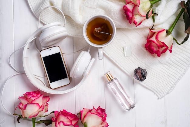 紅茶とバラ。バレンタインデー、8月3日。おいしい朝食。