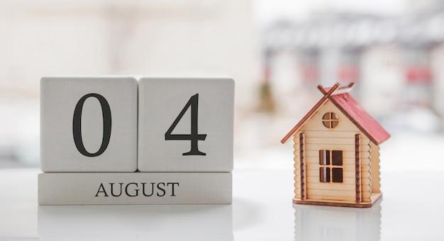 8月のカレンダーとおもちゃの家。月の4日目。印刷または記憶用のカードメッセージ