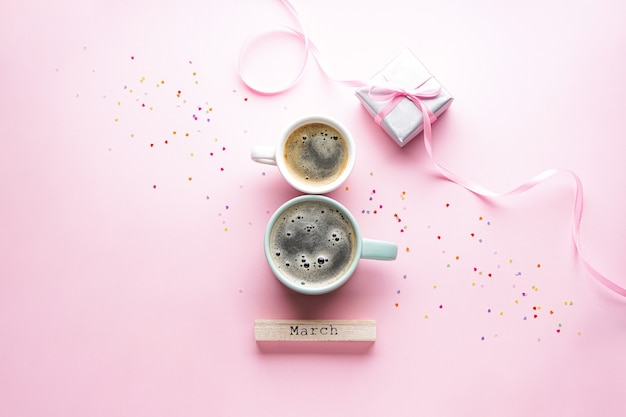 8 марта, международный женский день. утренний кофе, подарочная коробка с конфетти. плоская планировка.