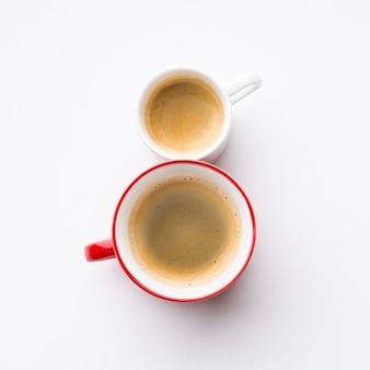 コーヒーカップで作られた8月レタリング