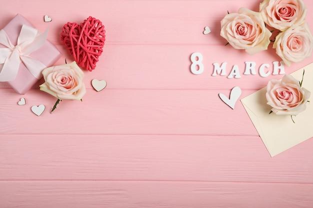 3月8日ピンクの装飾、ピンクの背景に花とギフト