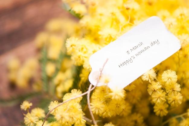 3월 8일 엽서와 미모사 꽃