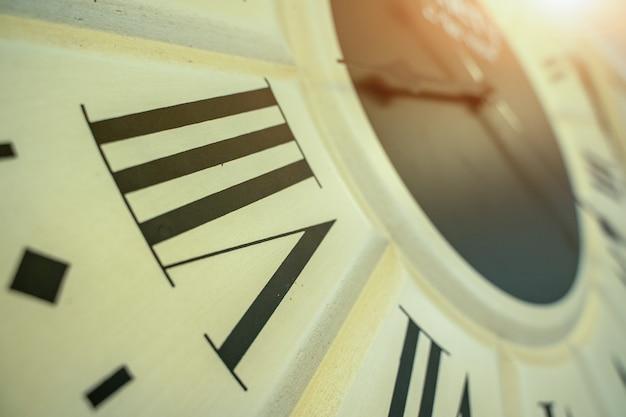 8시 방향,15분에서 8시 방향을 보여주는 시계판 클로즈업.