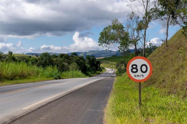 美しい景色の道路で許可されている時速80キロの速度信号