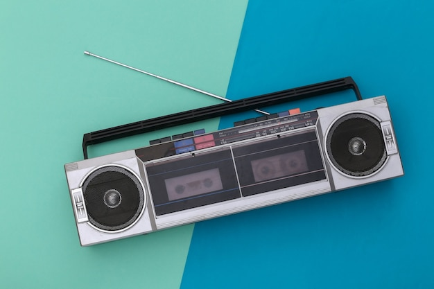파란색 배경에 80 년대 레트로 구식 휴대용 스테레오 라디오 카세트 레코더. 평면도