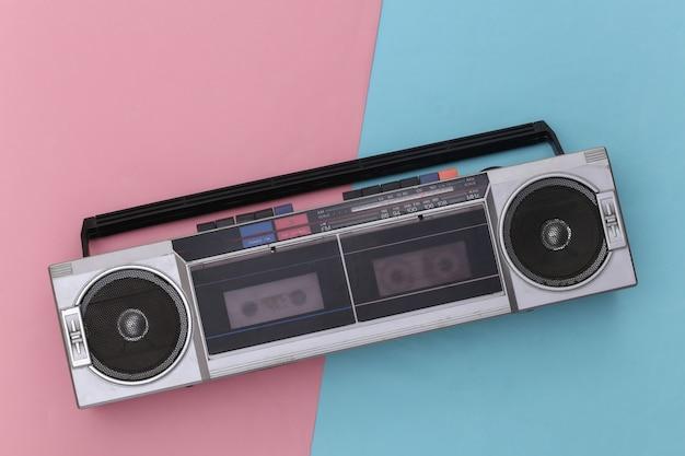 분홍색 파란색 배경에 80 년대 레트로 구식 휴대용 스테레오 라디오 카세트 레코더. 평면도