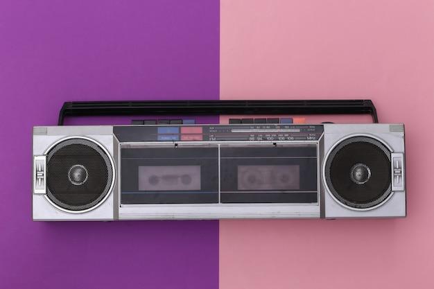 핑크 보라색 배경에 80 년대 레트로 구식 휴대용 스테레오 라디오 카세트 레코더. 평면도